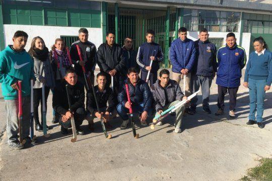 internos de la unidad 9 de la plata hicieron 32 palos de hockey y los donaron a dos clubes