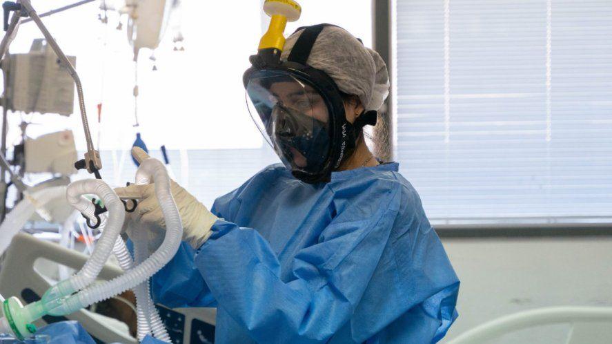 El equipo de médicos tiene que decidir a quién ingresan a terapia intensiva y a quién no en caso de colapso sanitario por coronavirus.
