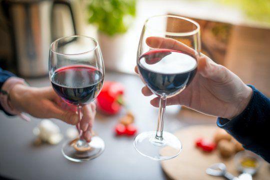 ¿Cómo elegir el vino adecuado para una primera cita?