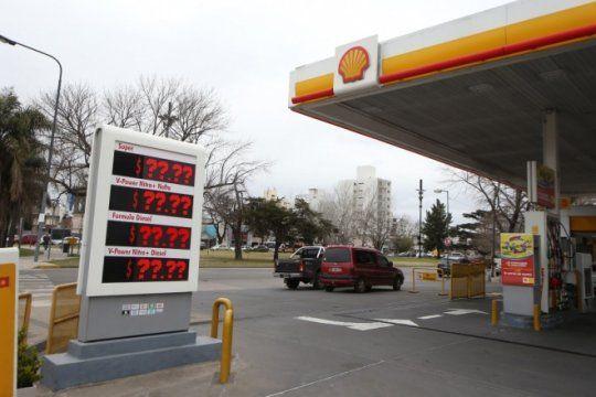 el gobierno dejo sin efecto el congelamiento del precio de las naftas y este jueves aumentan un 4%