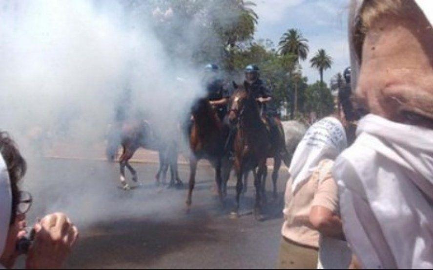La Justicia pidió el procesamiento de los policías que reprimieron a las Madres de Plaza de Mayo en 2001