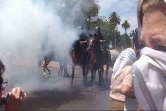 la justicia pidio el procesamiento de los policias que reprimieron a las madres de plaza de mayo en 2001