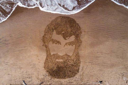 a un ano de su desaparicion, dibujan el rostro de maldonado en la arena de una playa marplatense