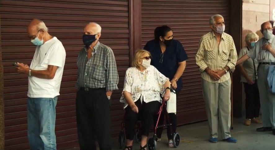 Vacunación: Los jubilados sin protocolos y al rayo del sol en CABA