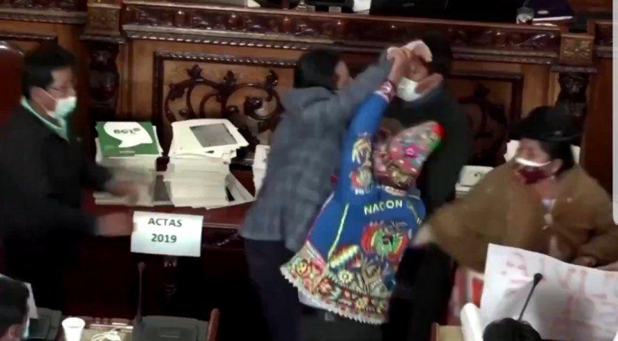 Los diputados en Bolivia terminaron con puñetazos una sesión que trataba de dirimir lo sucedido en el último golpe de estado en aquel país