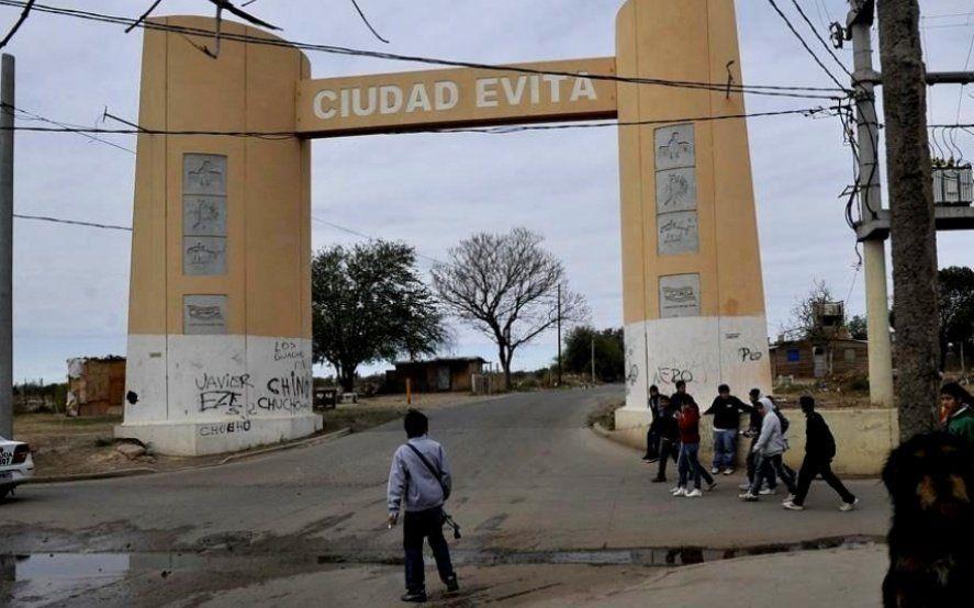 """Ciudad Evita: linchan a un joven que intentó asaltar a una mujer y su hija y ahora buscan a los """"justicieros"""""""