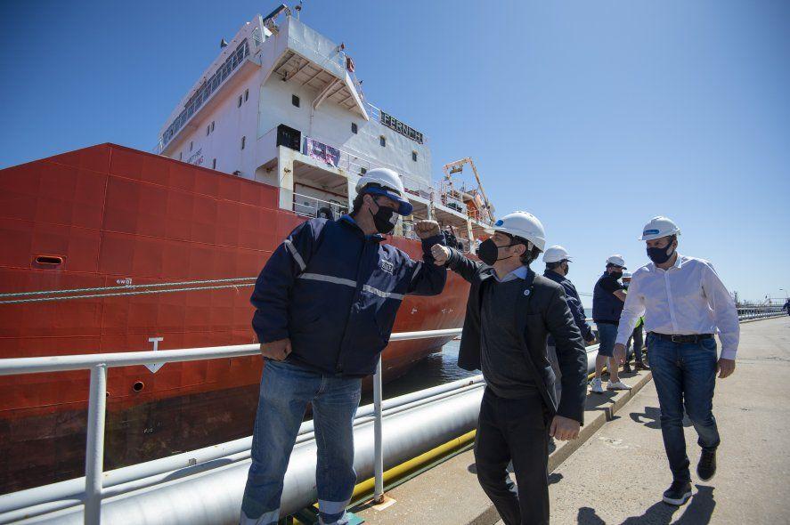 Axel Kicillof durante su visita al puerto de Bahía Blanca.