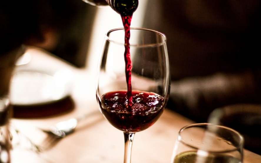 ¿Tomar vino tinto podría reducir la gravedad del coronavirus?