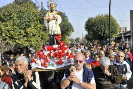 pan y trabajo, el ruego de miles de fieles que hacen largas filas para rezarle a su patrono