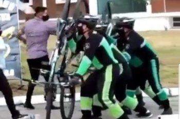 Los policías de Jujuy parapetados detrás de sus bicicletas en el video de entrenamiento que se viralizó por su falta de realismo