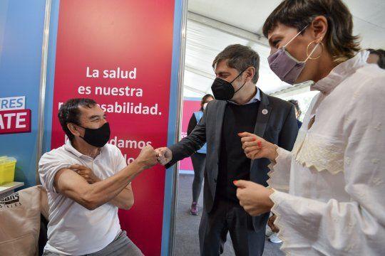 Axel Kicillof y Mayra Mendoza recorrieron el centro de vacunación en el parque cervecero de Quilmes.