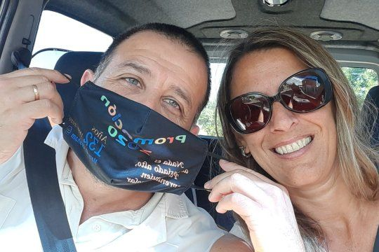 En La Plata, Yamil y Julieta llevaron los festejos de espuma a las casas de los estudiantes