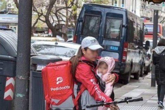 la foto de una madre cargando a su bebe mientras hace delivery que genero polemica en las redes