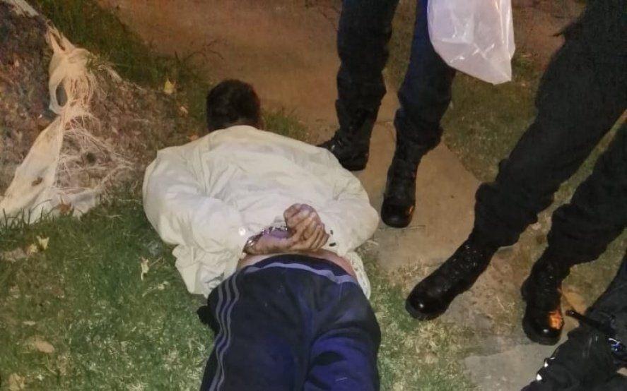 La Plata: robó en una verdulería, llegó la Policía, lo persiguieron y lo atraparon al quedar enganchado a una reja