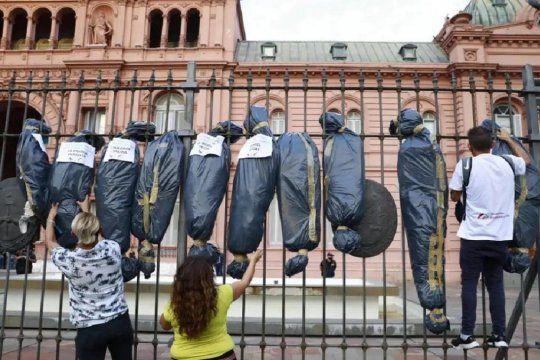 Las bolsas mortuorias en Casa Rosada, intervención planificada por Jóvenes Republicanos, que lidera Ulises Chaparro.
