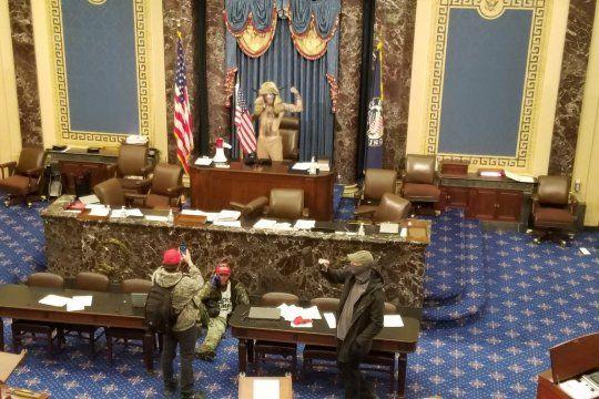 Fanáticos de Trump irrumpieron en el Capitolio de Estados Unidos. Se suspendió la sesión.