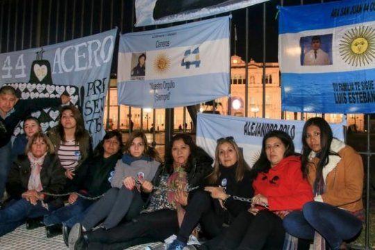 ara san juan: familiares de tripulantes del submarino se encadenaron en plaza de mayo