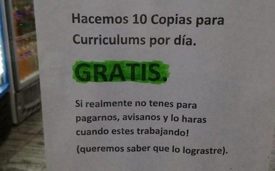 Imprimen currículums gratis para personas sin trabajo en un kiosco de Olavarría