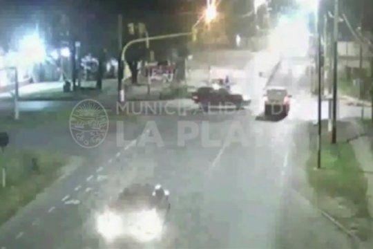mira el video del choque de dos camionetas: una no respeto el semaforo y embistio a la otra