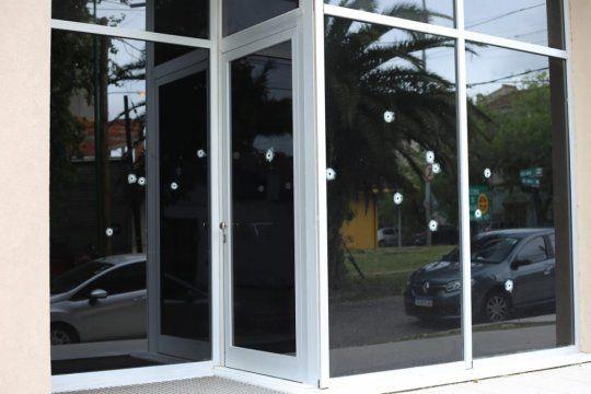 Dos encapuchados en moto dispararon más de 20 veces contra la fachada
