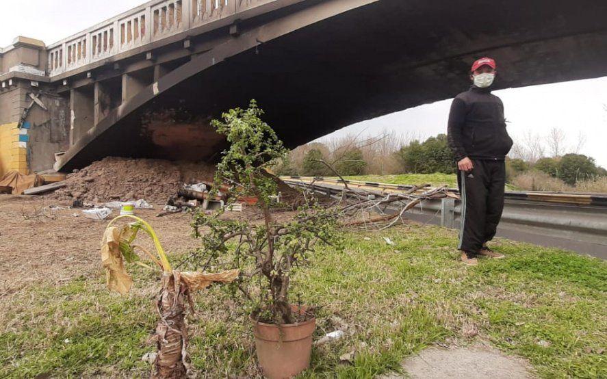 """""""Me dejaron a la intemperie"""": vive bajo un puente y le prendieron fuego su casa"""