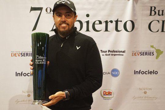 Andrés Gallegos, con el trofeo de la 7° edición del Abierto Buenos Aires Classic.