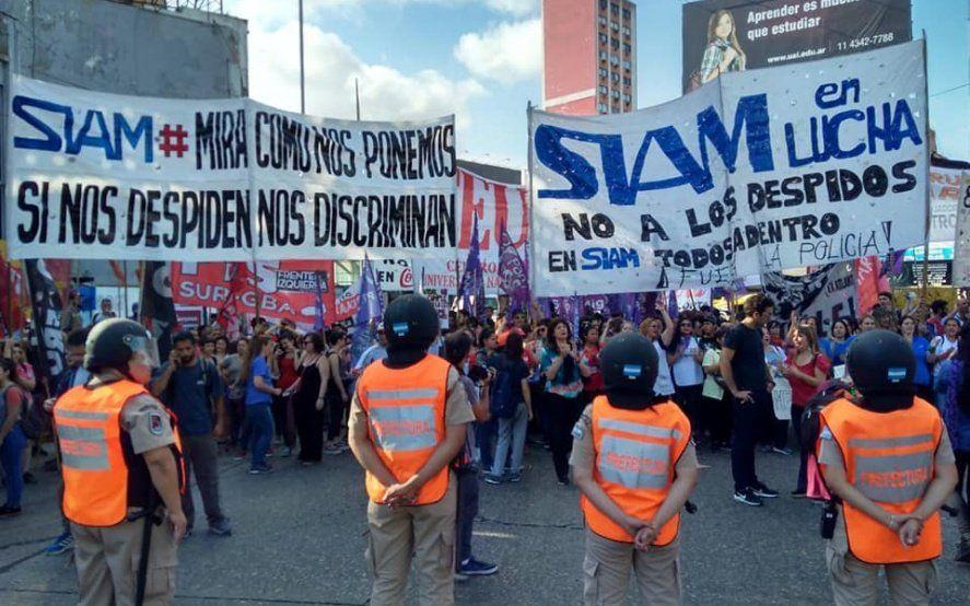 Trabajadores despedidos de Siam cortan el Puente Pueyrredón para exigir su reincorporación