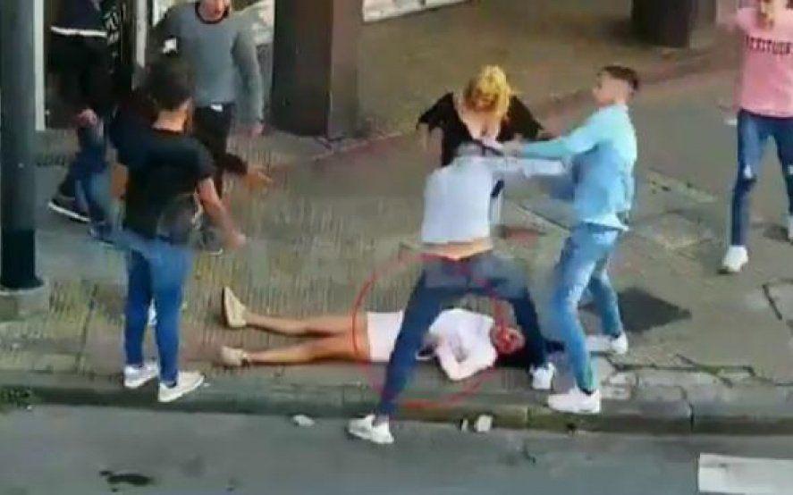 Feroz golpiza en La Plata: golpearon a una mujer hasta dejarla inconsciente y la siguieron pateando en el piso