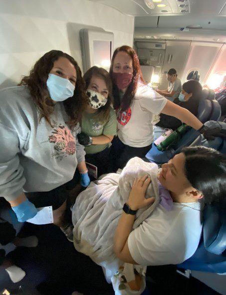 Insólito: Una mujer dio a luz en pleno vuelo y no sabía que estaba embarazada