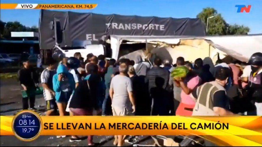 Un camión volcó luego de un accidente sobre Panamericana