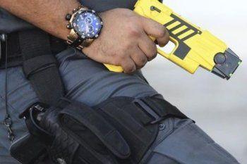 La pistola Taser dispara dos arpones que se clavan al cuerpo de la víctima y le realizan una descarga eléctrica.