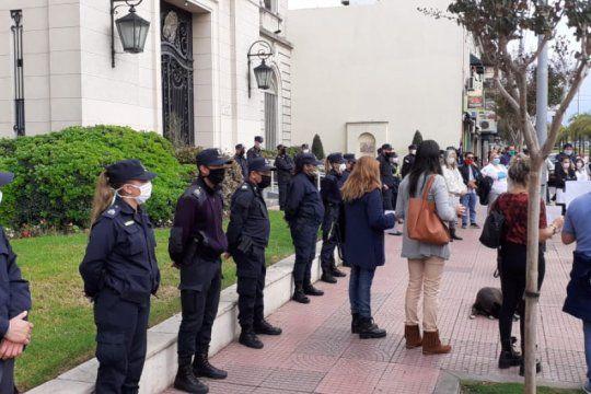 tigre: tension en las puertas del municipio luego de que zamora despidiera a 15 trabajadores