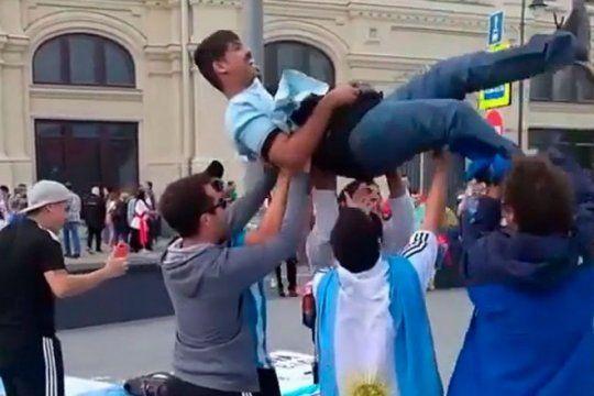astucia argenta en el mundial: hinchas de la seleccion en rusia hacen pogo a cambio de una moneda
