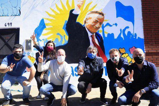 Martín Insaurralde, Máximo Kirchner, Federico Otermin, Daniela Villar, Facundo TIgnanelli, frente aun mural de Néstor Kirchner en Lomas.