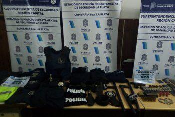 En dos allanamientos se incautaron uniformes policiales, chalecos antibalas y esposas