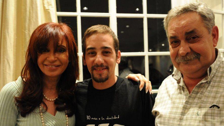 Cristina Fernández de Kirchner junto a Francisco Madariaga (centro) y Abel Madariaga (derecha). Padre e hijo recuperado.