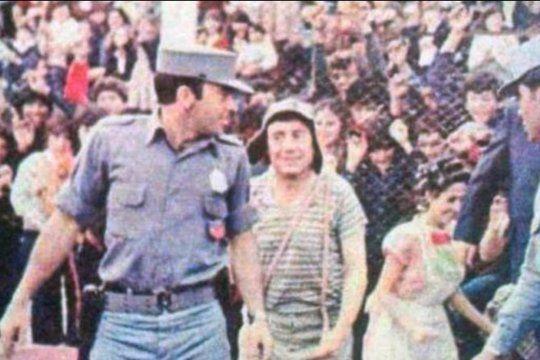 El Chavo del 8 y Doña Florinda ingresando al campo de juego de Estudiantes en 1979 según la foto subida pir el Profesor Jirafales