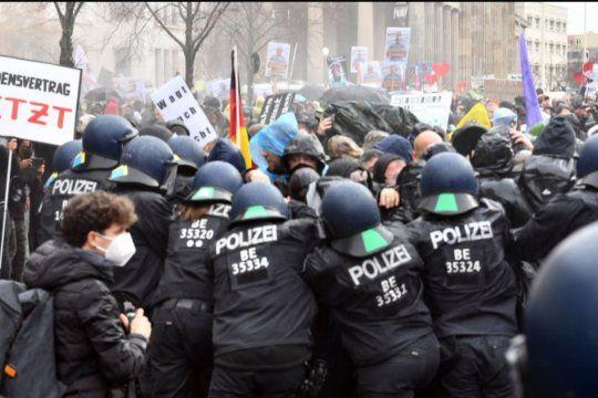 La policía en Alemania reprimió con chorros de agua a presión