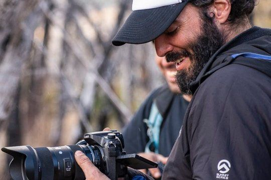 argentina sin atajos: la historia del joven que dejo la oficina y ahora trabaja recorriendo el pais en moto
