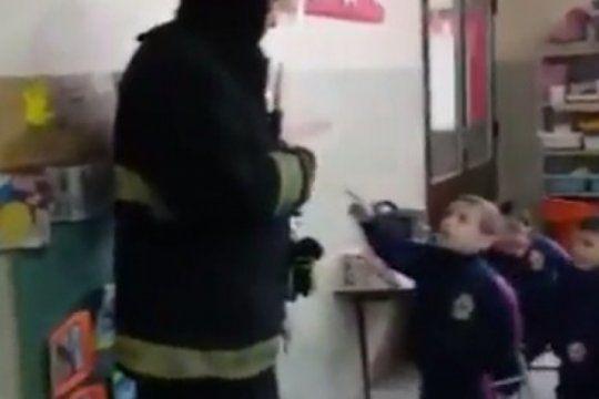 ?vos me cortaste la luz?: el insolito reclamo de un nene a un bombero