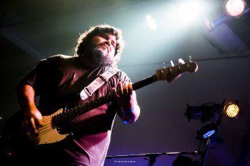 Santiago Barrionuevo, cantante de la banda de indie platense El Mató a un Policía Motorizado confirmó que serán los encargados de reversionar la banda sonora de Okupas.