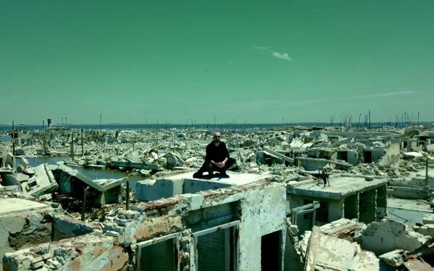 """Abel Pintos lanzó """"Cien años"""", el videoclip filmado en las imponentes ruinas de Epecuén"""