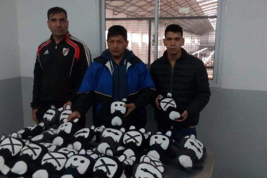solidaridad en la carcel: presos hicieron 30 peluches para que el batman solidario los done al hospital de ninos de la plata