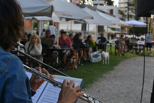 canciones en clave canina: una pareja de musicos hace conciertos para perros en pinamar