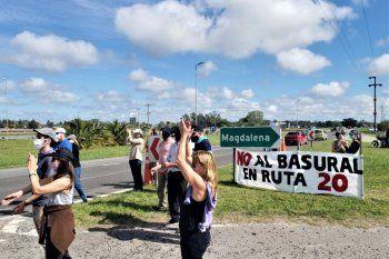 chascomus: vecinos cortan parcialmente la ruta 2 protestando contra un basural