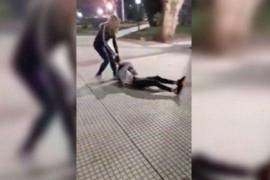 video: una joven le pego a una nena porque ?queria sacarse la bronca? y la escracharon en redes
