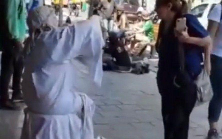 """La insólita estatua viviente de La Plata que insulta a Macri y se pelea con los """"gorilas"""""""