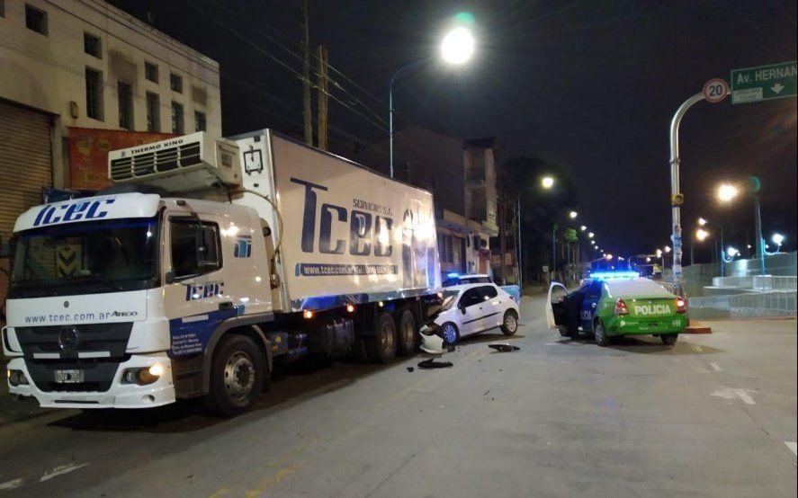 Tragedia vial: tres chicas murieron al chocar un auto contra un camión estacionado