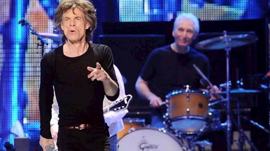 """Los Rolling Stones salen de gira, por primera vez en su carrera, sin Charlie Watts. Mick Jagger señaló en su cuenta de Twitter que espera ver otra vez arriba del escenario a Watts en cuanto esté """"totalmente recuperado""""."""