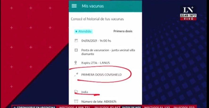 En la secuencia televisiva Fernando Carnota muestra escrito en birome como la ciudadana tenía anotado el nombre de la vacuna Astrazeneca en su carnet